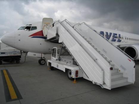 Schody pasażerskie lotniskowe samolotowe samojezdne TLD Polska